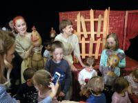 Dzieci-robi-sobie-zdjcia-z-lalkami-ze-spektaklu-Z-malowanej-skrzyni-1