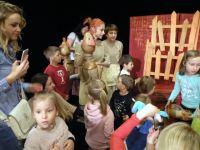 Dzieci-robi-sobie-zdjcia-z-lalkami-ze-spektaklu-Z-malowanej-skrzyni-2