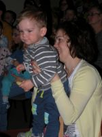 Dziecko-na-rka-mamypodczas-spektaklu-Z-malowanej-skrzyni